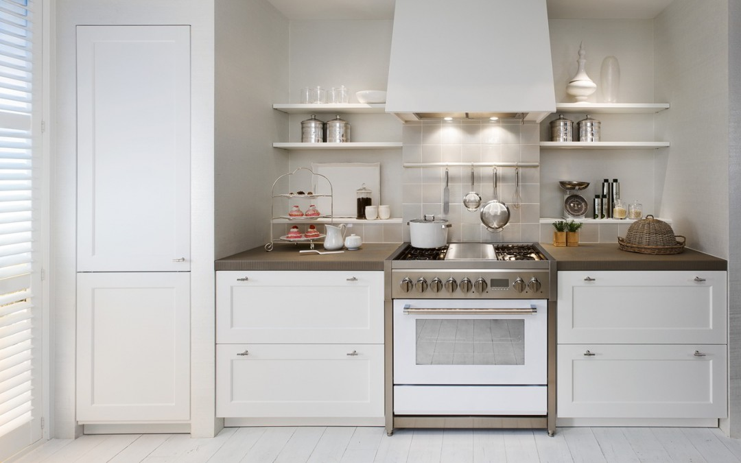 Muebles de cocina con marcos biselados y tiradores for Tiradores muebles cocina