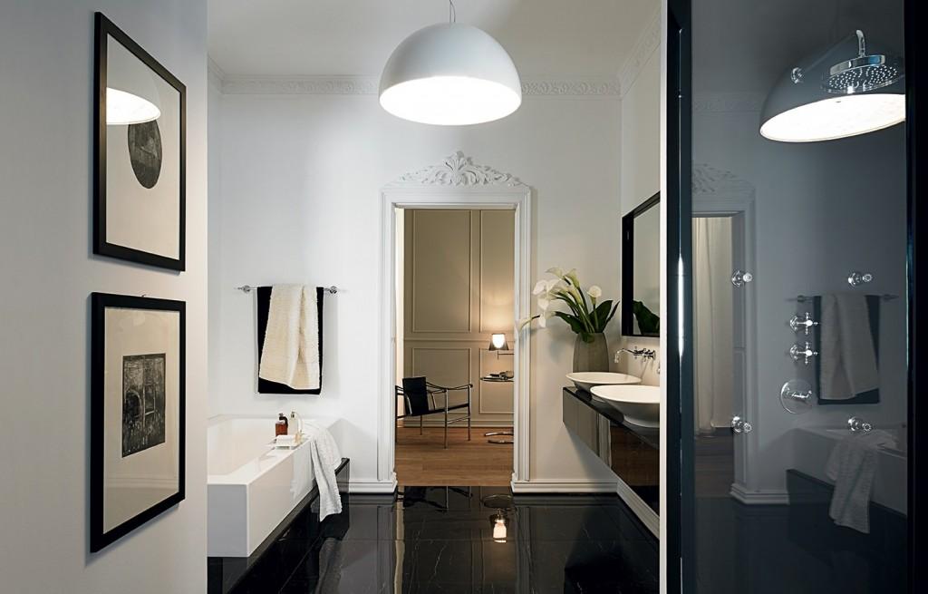 Ambiente de baño con mobiliario de Kos y Zucchetti
