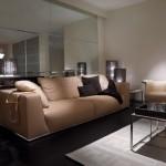 Ambiente de salón clásico con sofás y comedor de Fendi Casa
