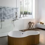Bañera exenta moderna en forma de riñón acabada en madera