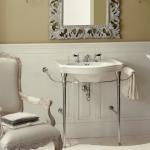 Baño de estilo clásico con espejo y consola de Devon&Devon