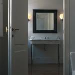 Baño en suite con lavabo realizado en mármol de Carrara