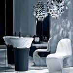 Baño estilo mix clásico y moderno con lavabo de Falper y silla Panton de Vitra
