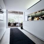 Cocina moderna sin tirador en laca mate blanca con accesorios a la vista
