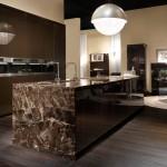Isla de cocina en mármol marrón imperial y columnas en laca y piel exótica tratada