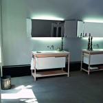 Lavabos modernos con consolas de madera natural y toallero incorporado