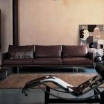 Salón moderno con chaise longue Tokyo de Charlotte Perriand por Cassina