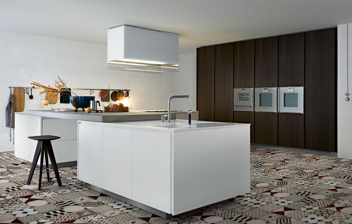 suelos hidrulicos en patchwork y muebles de cocina modernos sin tirador