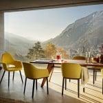 Comedor moderno con mesa Solvay, sillas Organic y Softshell de Vitra