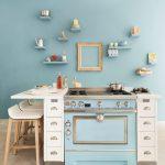 Cocina La Cornue en pequeña isla central esmaltada en azul pastel
