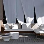 Ambiente de exterior con sofá y sillones de B&B Italia