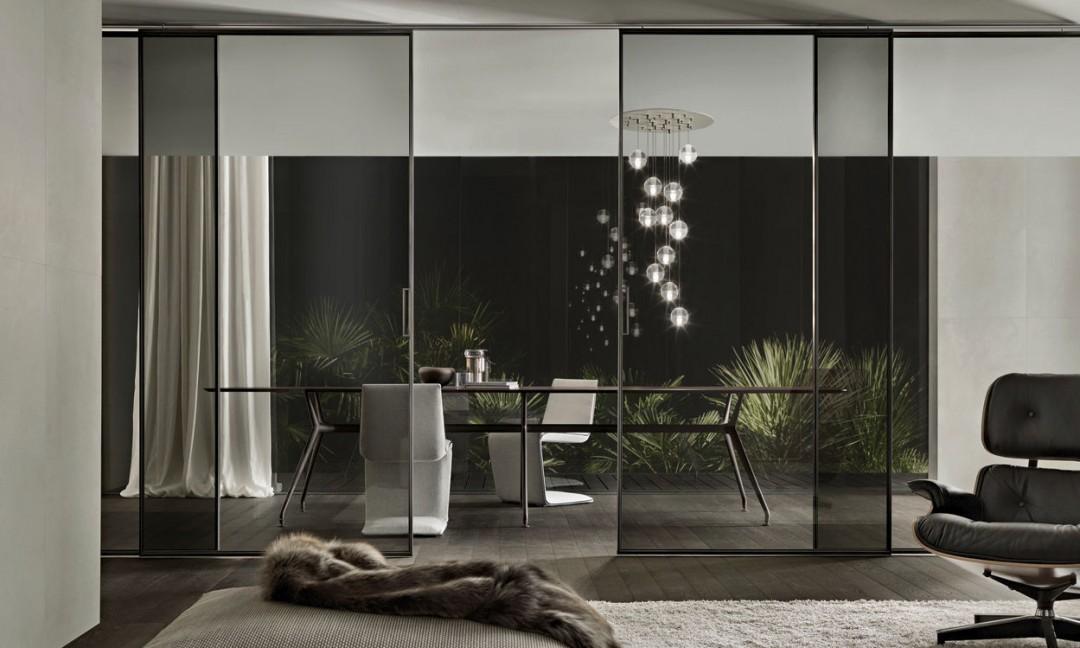 Ambiente de salón y comedor con puertas y mobiliario de Rimadesio ...