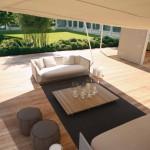 Ambiente outdoor con pérgolas y sofás Paola Lenti