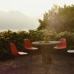Atardecer en el jardín, con las míticas sillas de los Eames, de Vitra