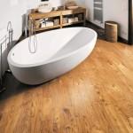 Baño con pavimento en madera de Castaño Rústico con acabado artesanal