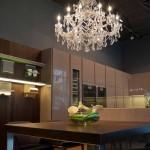 Chandelier de Bimax Light y muebles de SieMatic en una cocina diseñada por Gunni & Trentino