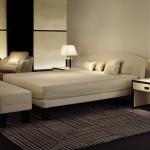 Conjunto de cama y mesitas de noche para dormitorio de Armani Casa