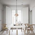 Estilo Nórdico en este comedor con  muebles y lámpara de la marca And Tradition