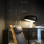 Lámpara de mesa Snoopy con base de mármol y tulipa de metal esmaltado de Flos