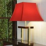 Lámpara de mesa con pantalla roja de Armani Casa