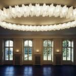 Lámpara de techo Logico de Artemide en una instalación de contraste con el ambiente clásico