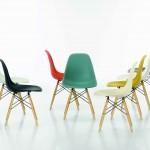 Las Plastic Chairs con pie de madera, de Vitra