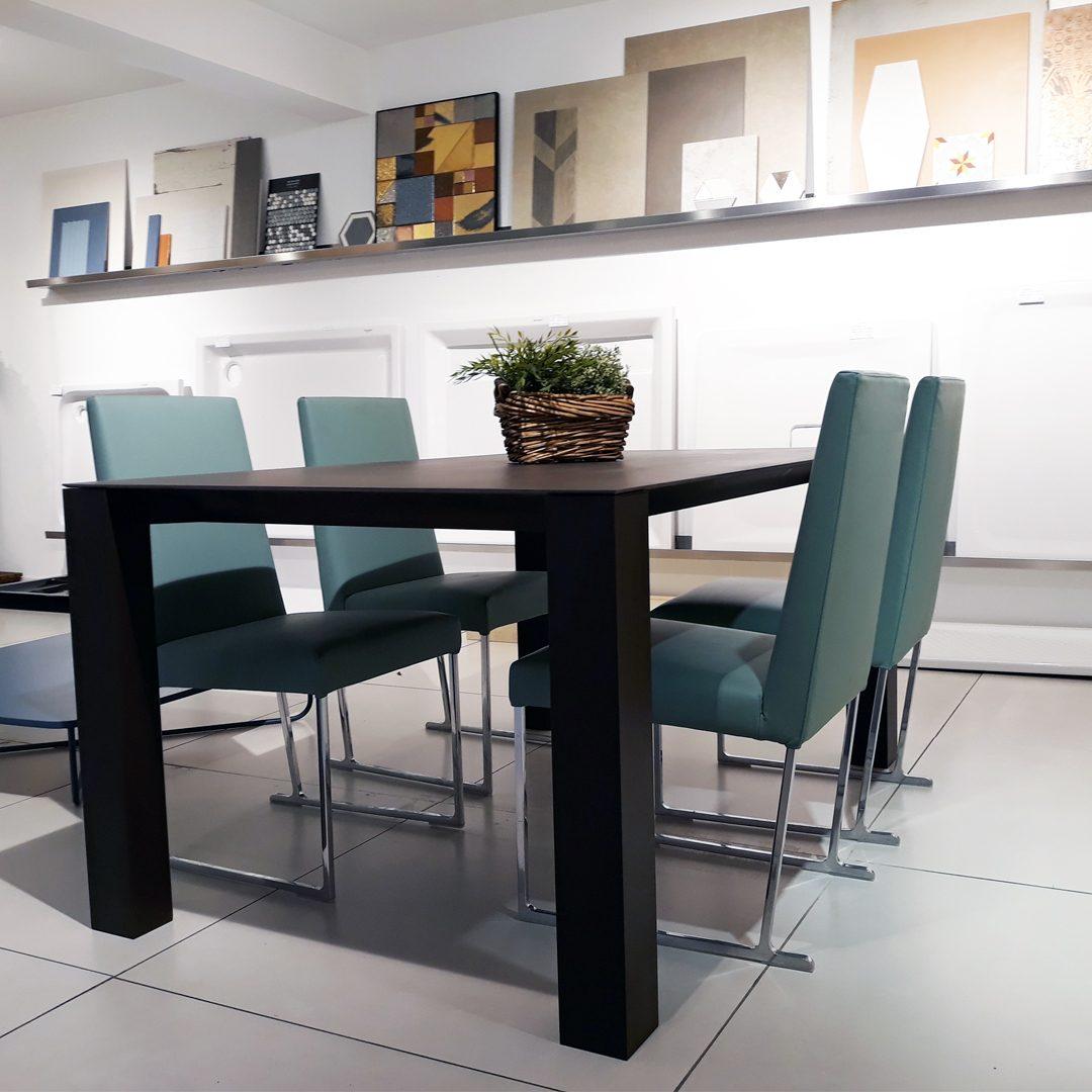 Mesa con sillas for Mobiliario de oficina bilbao