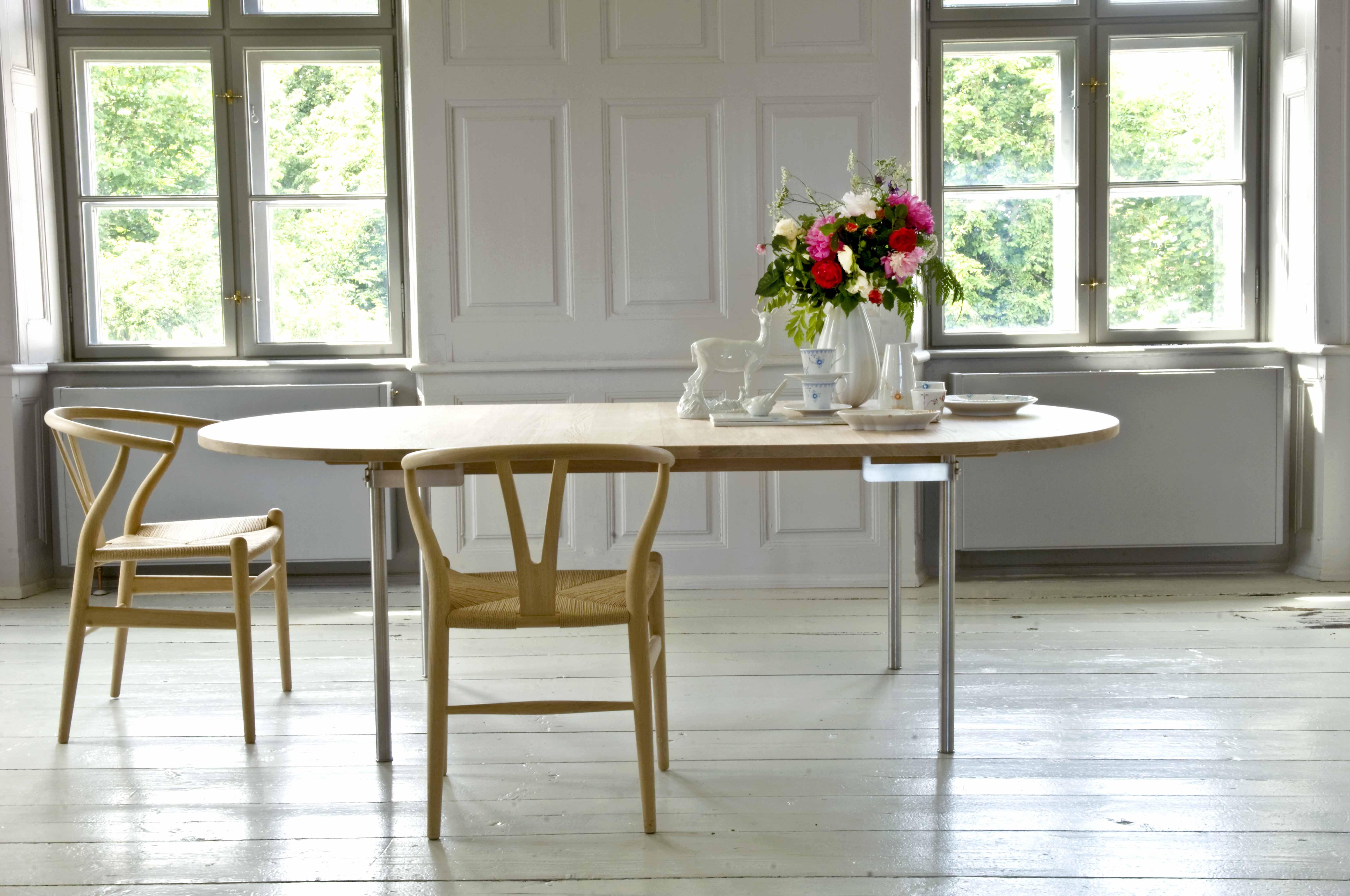 Mesa de madera CH 330 con sillas CH24 de Carl Hansen