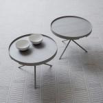Mesitas auxiliares y alfombra en tonos grises