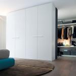 Puertas blancas de armario con tirador sistema Surf de Poliform