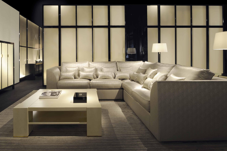 Salón con sofá en esquina de Armani Casa