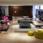Salón moderno con sofás, butaca y librerías de Poliform