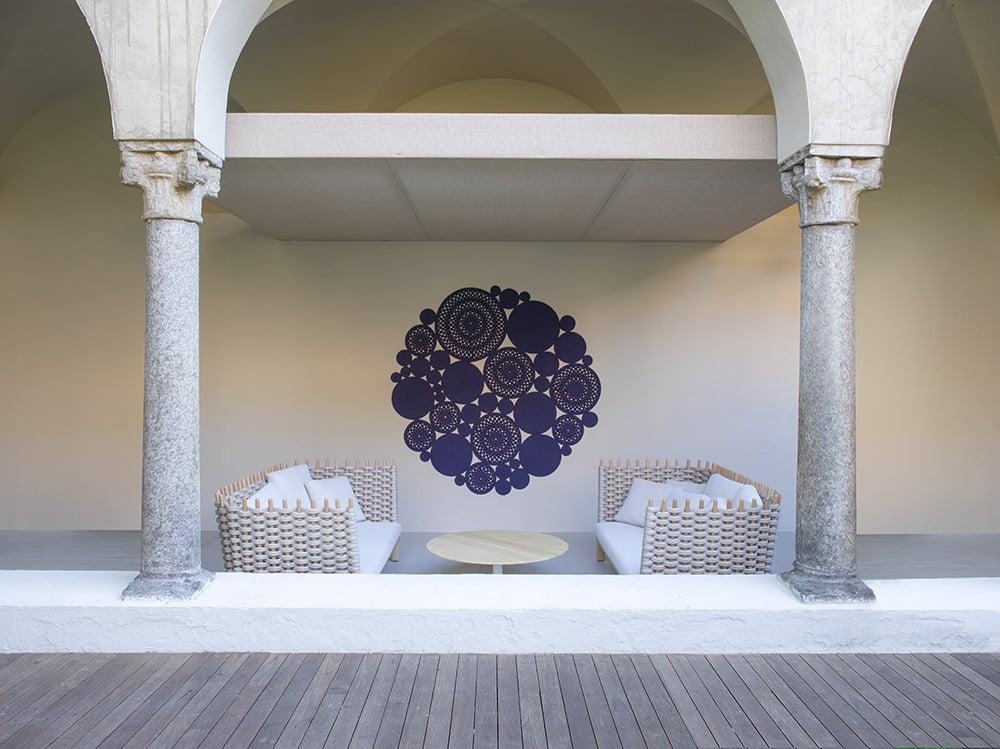 Sofás de exterior en tonos neutros y alfombra a modo d etapiz