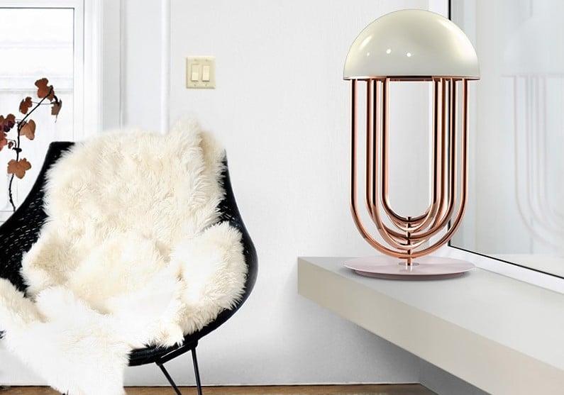 Lámpara moderna de mesa con pie de cobre