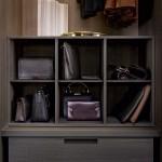 detalle de almacenaje para bolsos de señora