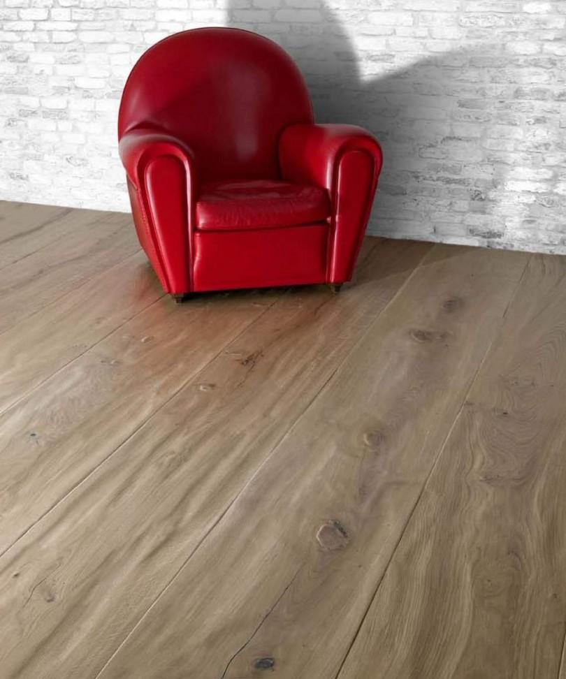 Suelo de tablones de madera rústica de gran formato