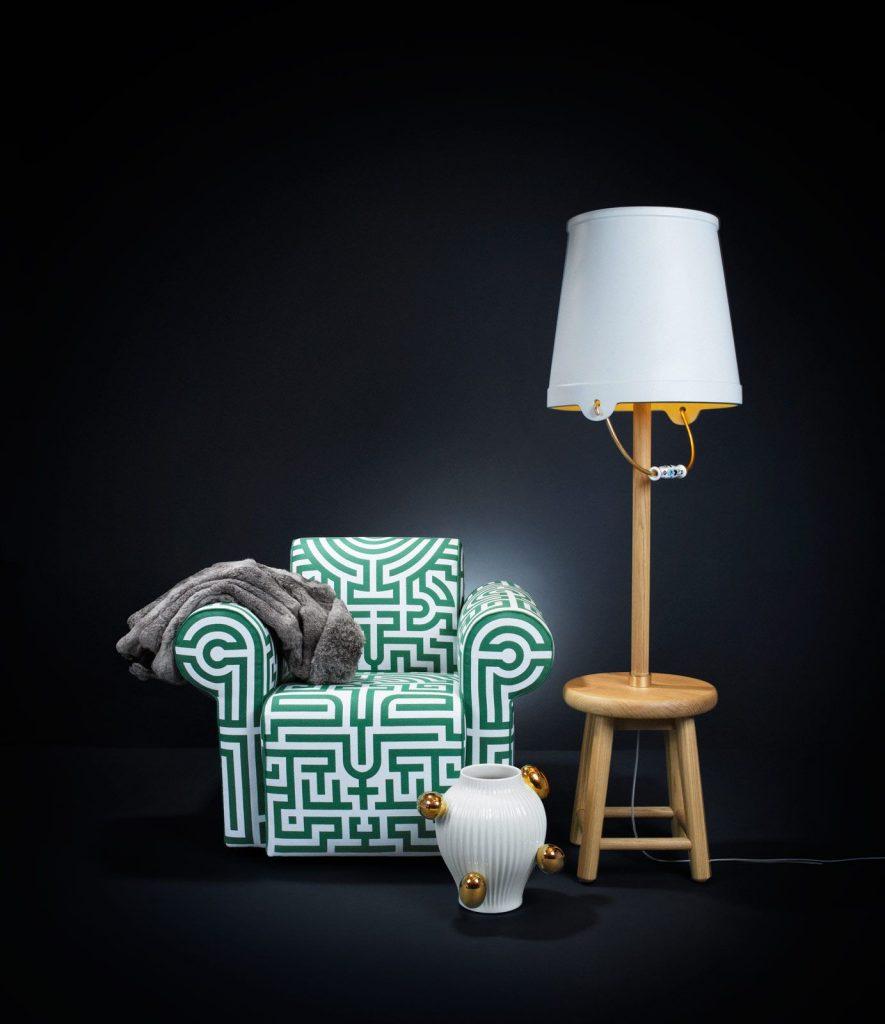 Lámpara de pie Bucket de Mooi y sillón Labyrinth, de la misma marca.