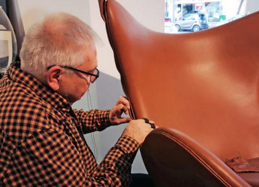 Hans Mannerhagen confecciona la butaca Egg de Fritz Hansen, en GUNNI&TRENTINO