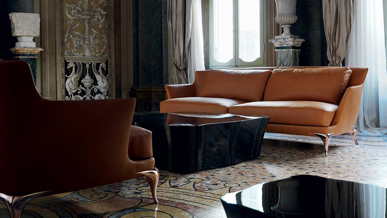 Sofá de cuero elegante en salón clásico