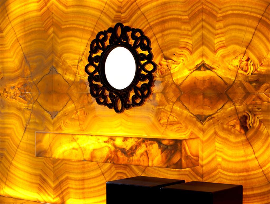 Mobiliario Interior de Lujo Con Piedra Natural Onix Miel de Gunni & Trentino