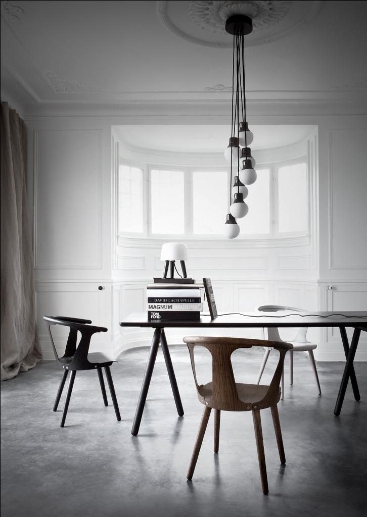 Mesa y sillas modernas de estilo scandinavo