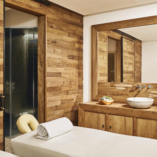 baño de diseño con sauna incorporada y ducha de gran formato en tonos oscuros