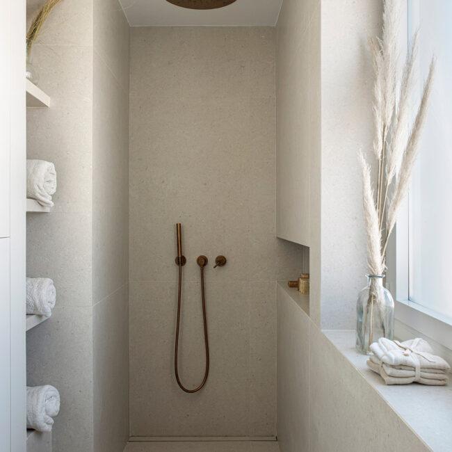 """Inspírate con los materiales utilizados en esta casa exclusiva para crear un estilo """"minimalista cálido"""""""